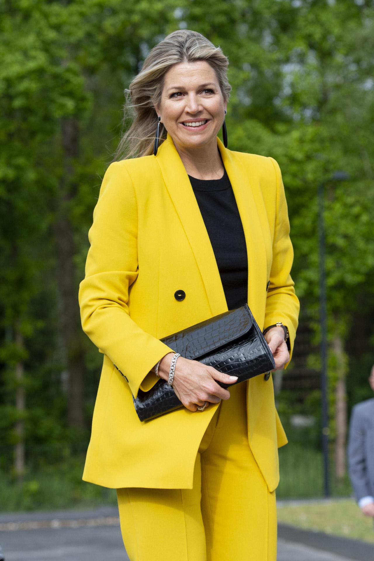 Máxima de Holanda con un dos piezas amarillo de Zara.