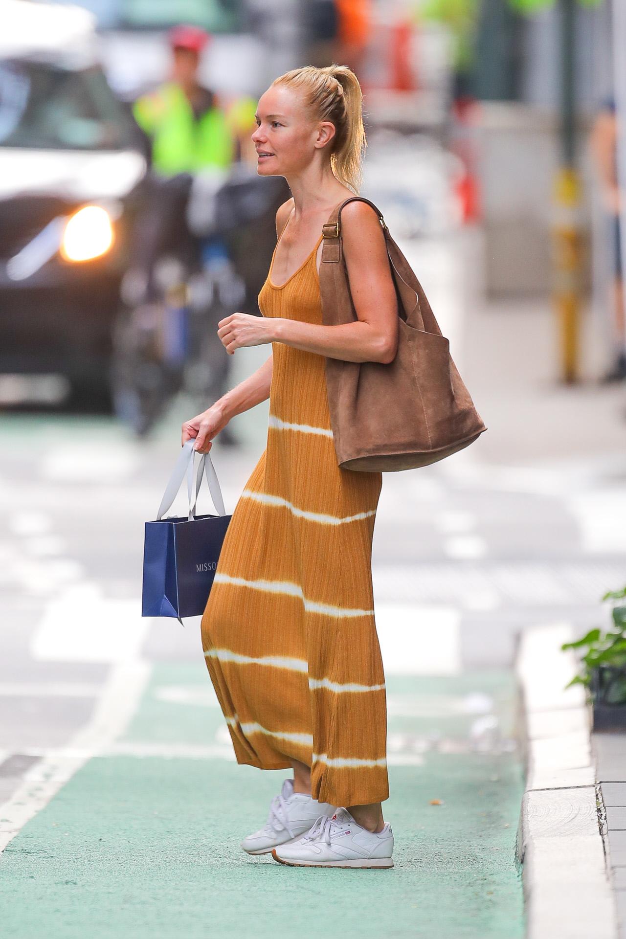 La actriz Kate Bosworth con fórmula vestido + sneakers.