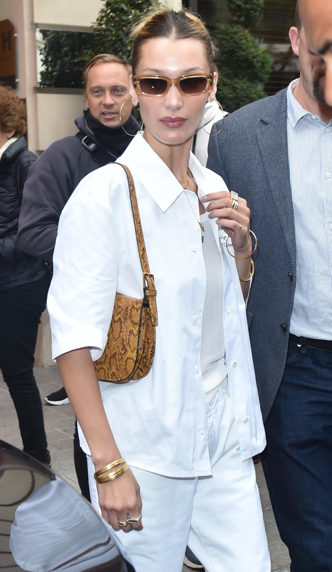 La modelo Bella Hadid en París con bolso de Mango.