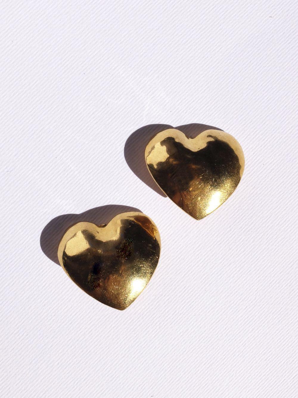 Una de nuestras piezas favoritas, pendientes de latón en forma de corazón