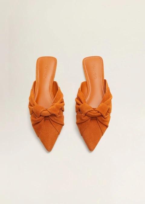 Zapatos destalonados con detalle de nudo.
