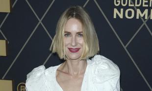 Naomi Watts acude a la fiesta de los nominados a los Globos de Oro...