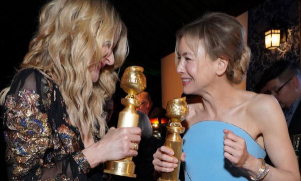 Laura Dern y Renee Zellweger con sus respectivos Globos de Oro en la...