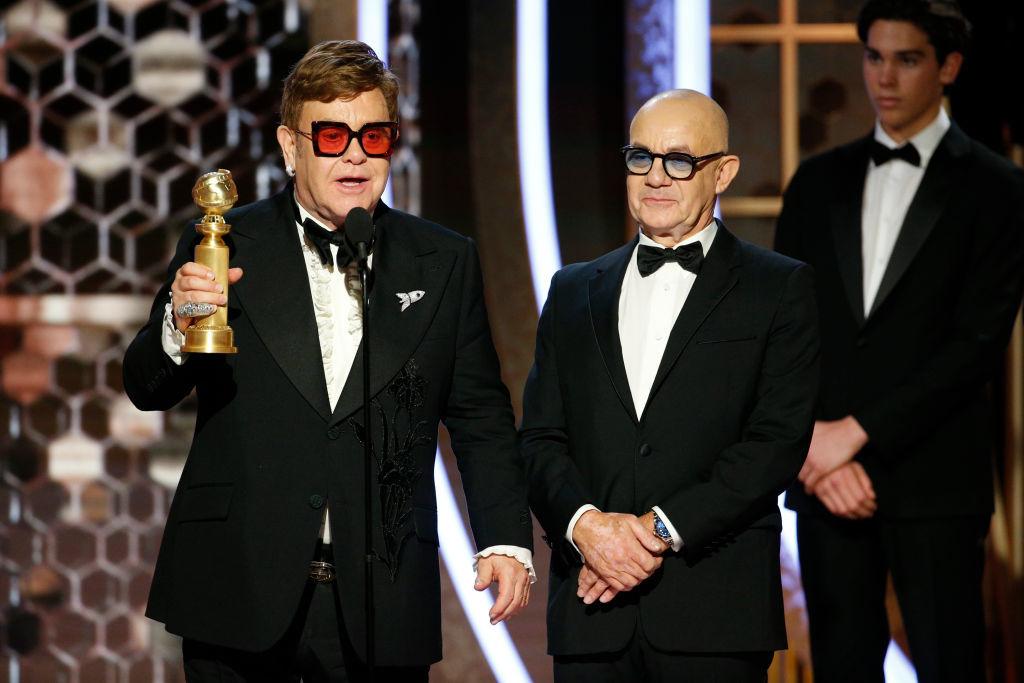 """Elton John y Bernie Taupin recogen el Gobo de Oro por """"Rocketman""""."""