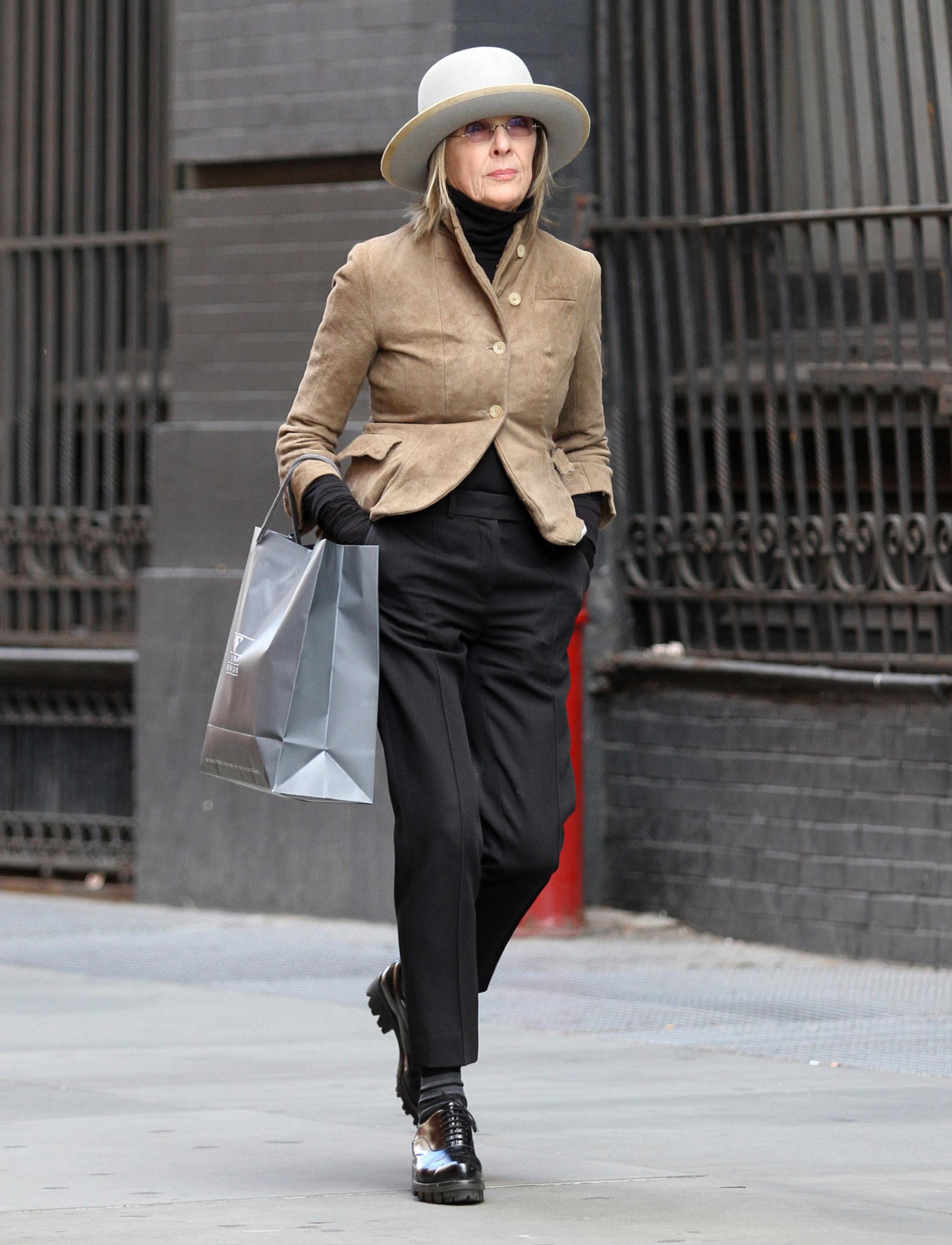 Uno de nuestros <em>looks</em> favoritos de Diane en el que no puede faltar una <em>blazer</em> y un sombrero.