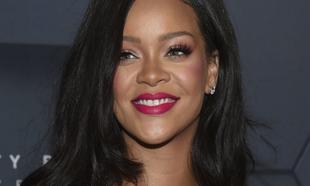 Rihanna en una de sus presentaciones de sus colección de maquillaje...