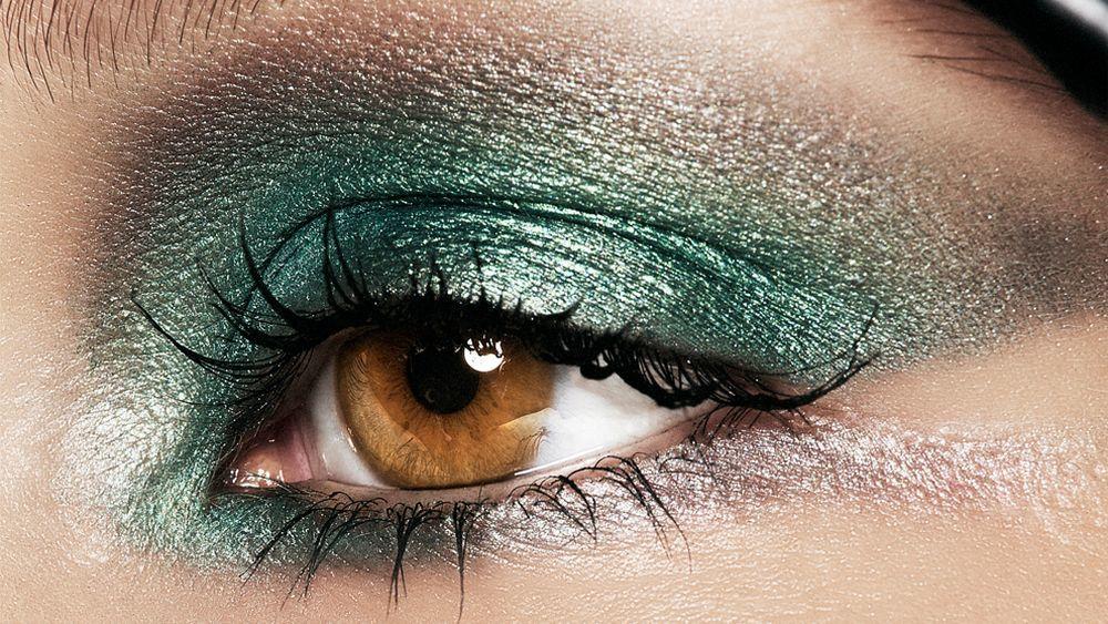 Difumina las sombras de ojos y el eyeliner para abrir la mirada con tu maquillaje de ojos.