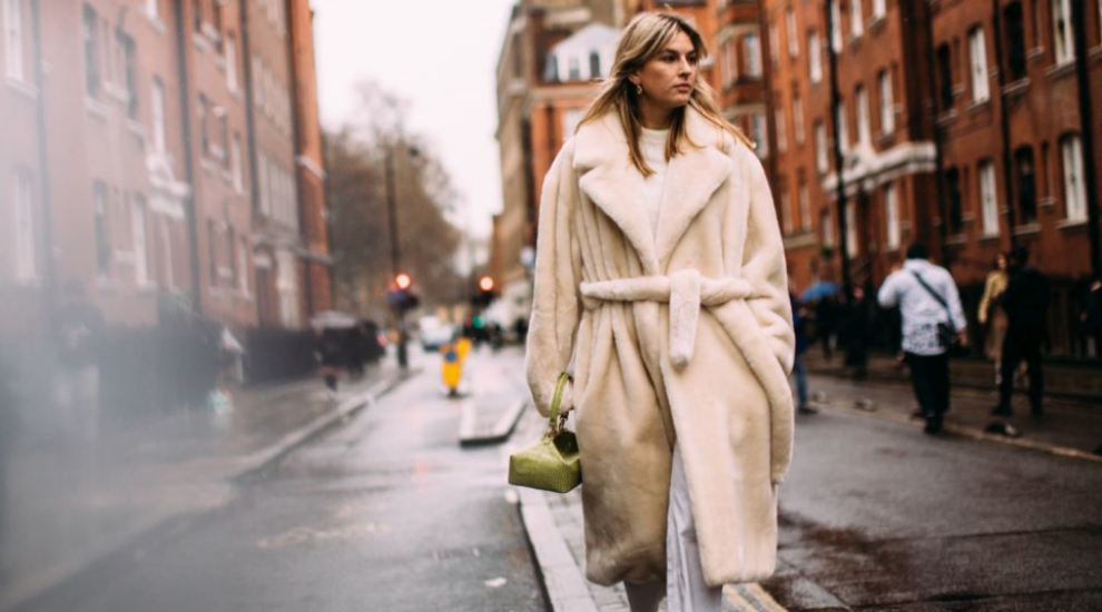 Estas rebajas invierte en un abrigo de pelo sintético.