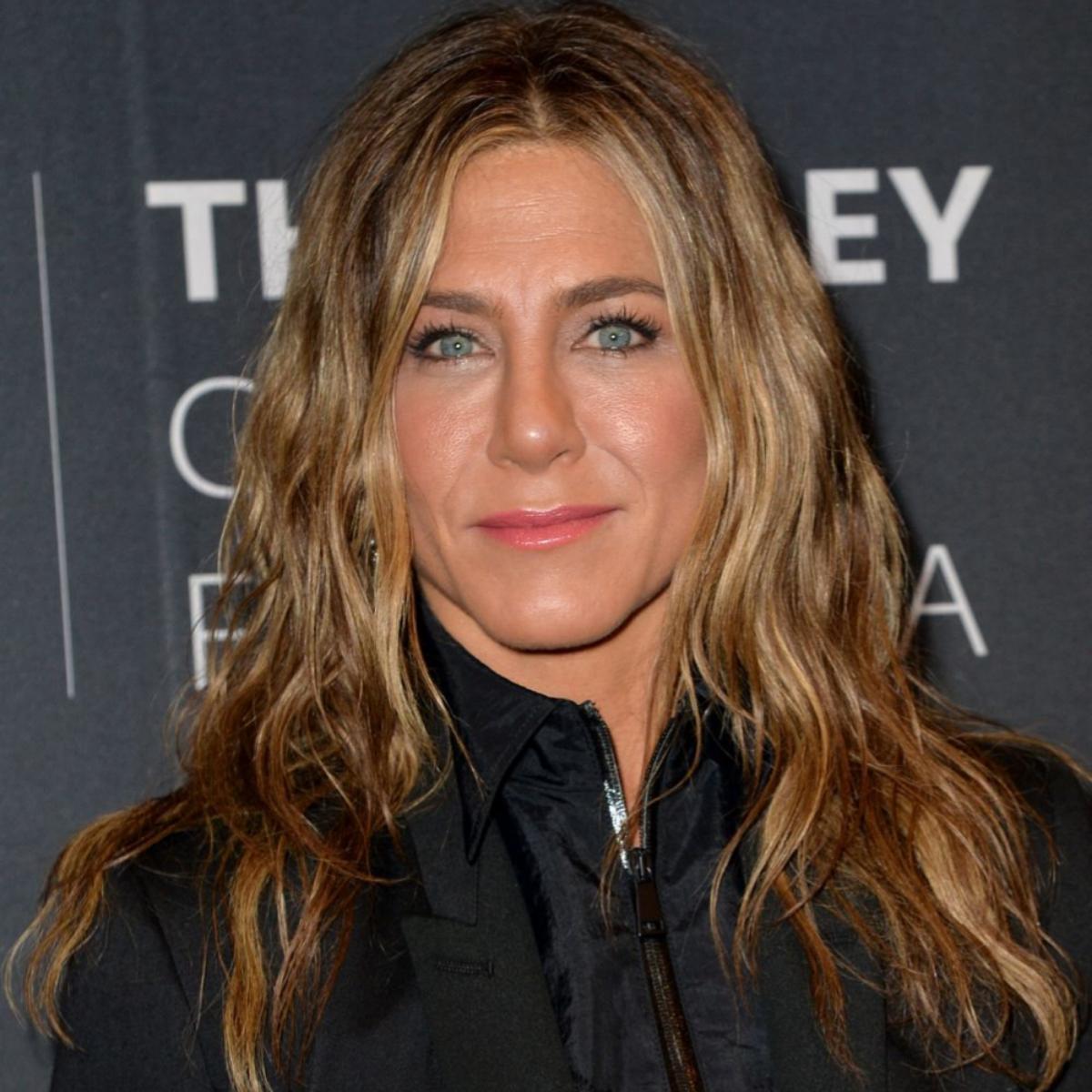 Jennifer Aniston con su pelo naturalmente ondulado y y rizado.