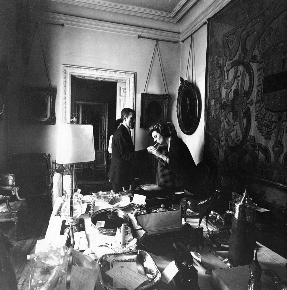Un mes antes del enlace (abril de 1967), la infanta doña Pilar comparte con TELVA los primeros regalos de boda. ¿Sus preferidos? un juego de maletas y una vajilla de loza alemana.