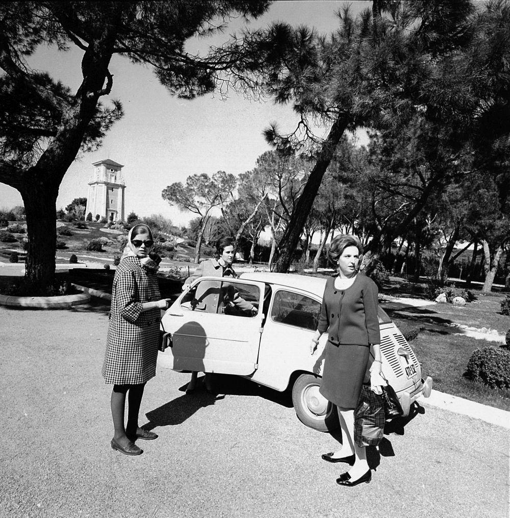 El equipo de TELVA formado por Covadonga OShea y Marisa Pérez Bodegas se trasladó en su 600 a la Zarzuela para compartir con doña Pilar sus regalos de boda (abril,1967).