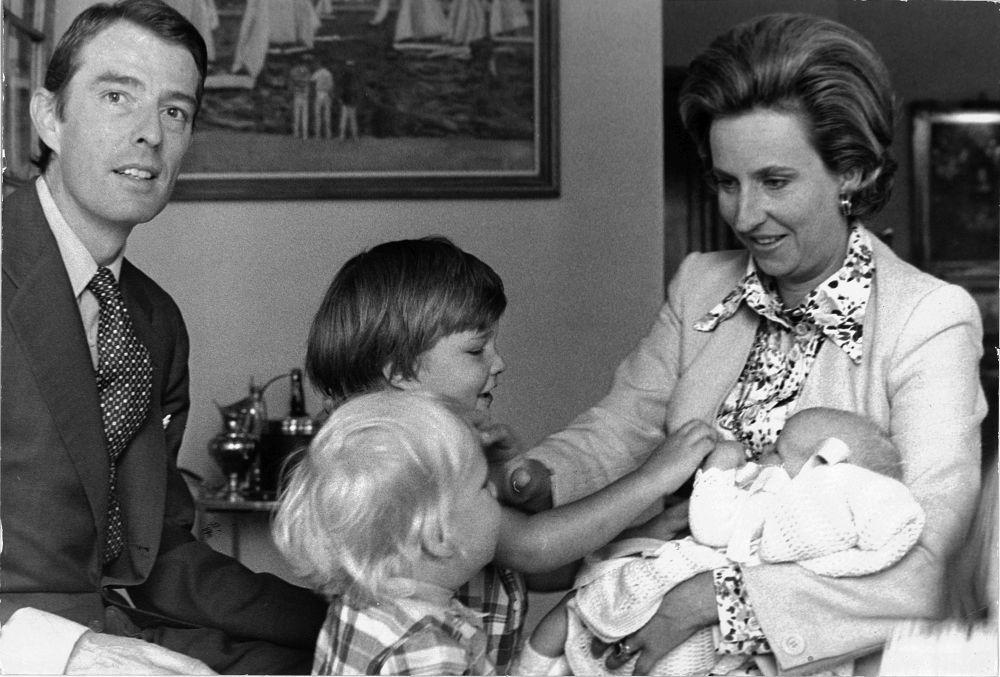 Nace el tercer hijo de los duques de Badajoz. Sus hermanos, Simoneta y Bruno se acercan a verlo.