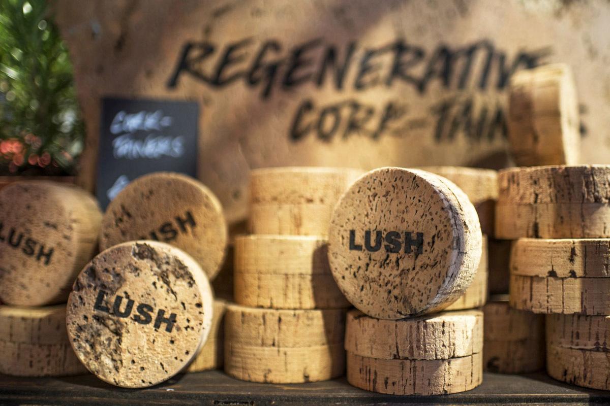 Cada caja de corcho de Lush (8,95 euros) almacena 33 veces su peso en dióxido de carbono, reduciendo la concentración de gases invernadero en la atmósfera y ayudando a combatir el cambio climático.