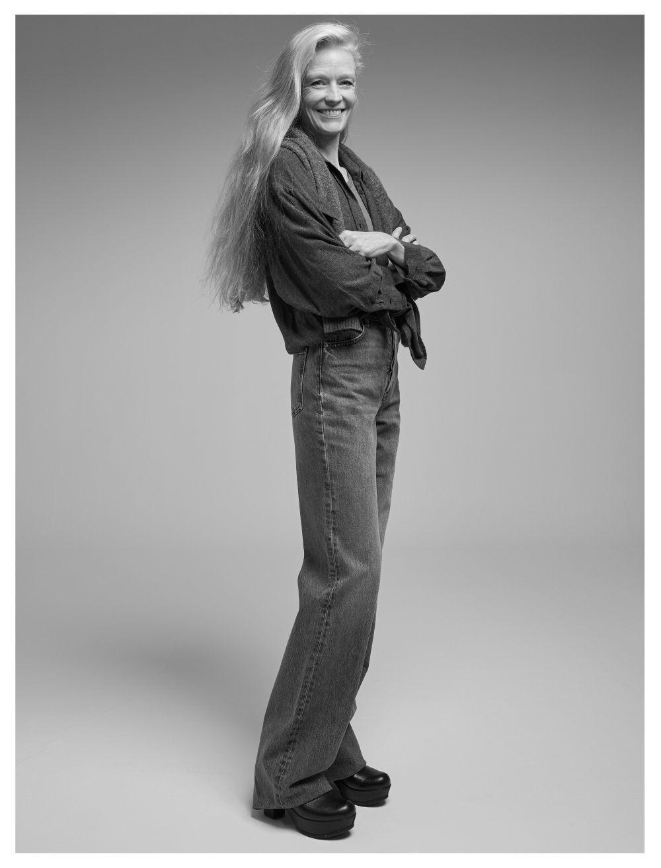 Suzy Amis Cameron con camisa de franela, jersey de lana y vaquero, de Zara; camiseta, de American Vintage, y botas propias.