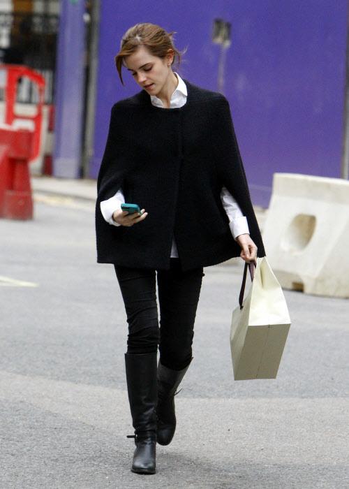 Emma Watson con su teléfono móvil en Londres.