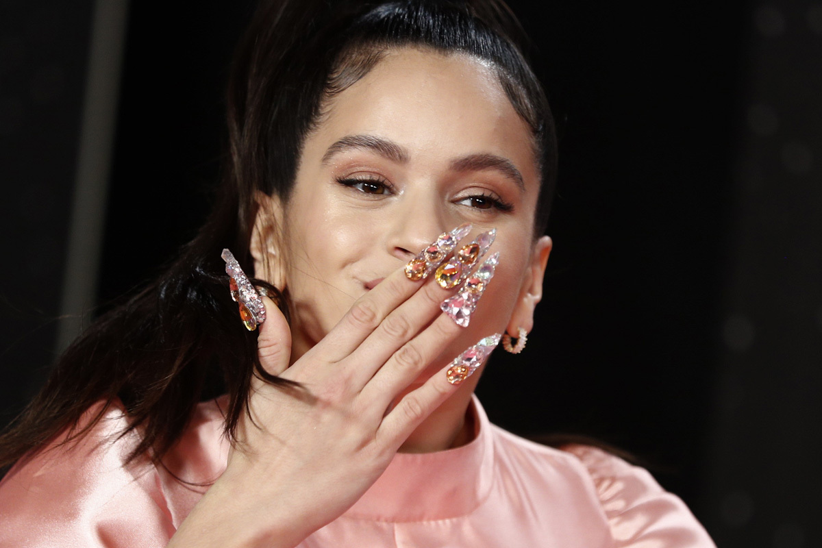 Rosalia es una de las famosas que apuesta por las manicuras postizas con la decoración más extravagante. Sus uñas se han convertido ya en una seña de identidad y son imitadas por mujeres de todo el mundo.
