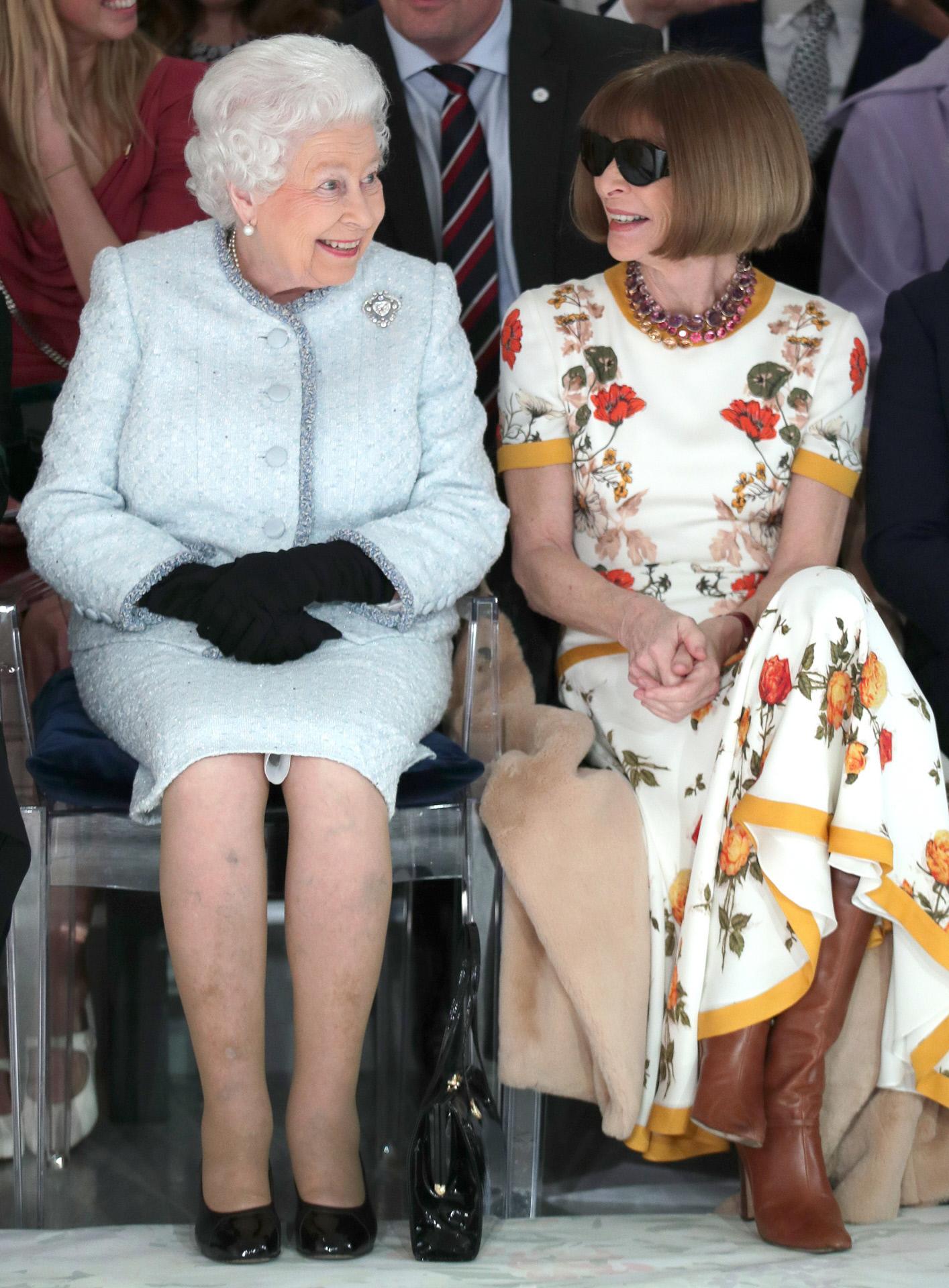 La Reina Isabel II y Anna Wintour en la London Fashion Week 2018.