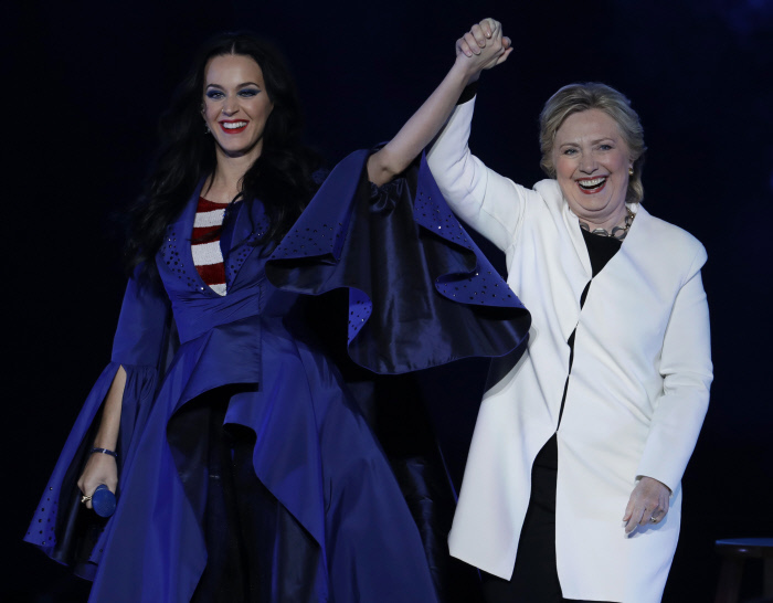 La cantante Katy Perry y la política Hillary Clinton en un acto...