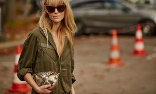 Jeanette Madsen posa con su bolso joya.