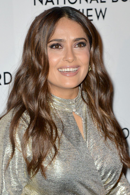 Salma Hayek presume de corte de pelo a la altura del pecho con mechas cálidas para su melena castaña oscura y su look tiene un efecto rejuvenecedor.