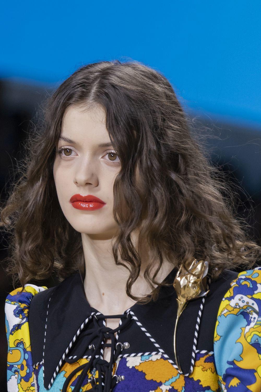 Un corte con una melena rizada larga, una de las propuesta de Louis Vuitton para la próxima primavera verano 2020.
