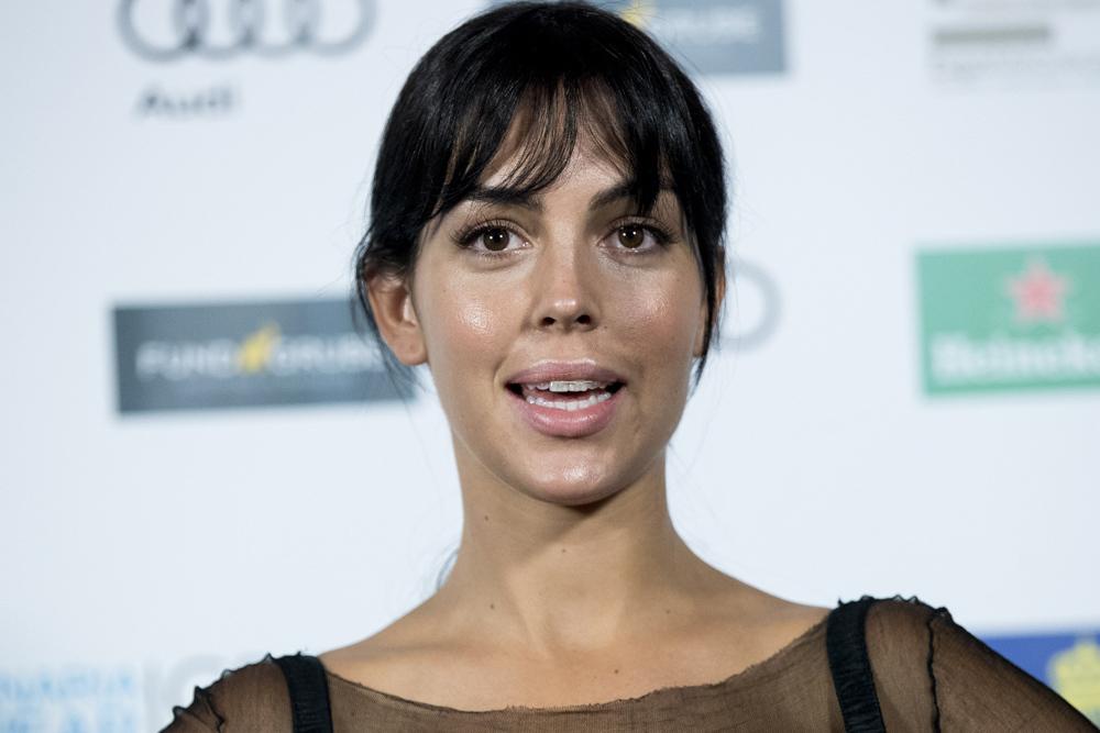 Georgina Rodríguez, la novia de Ronaldo, posa en el photocall con su ortodoncia invisible.