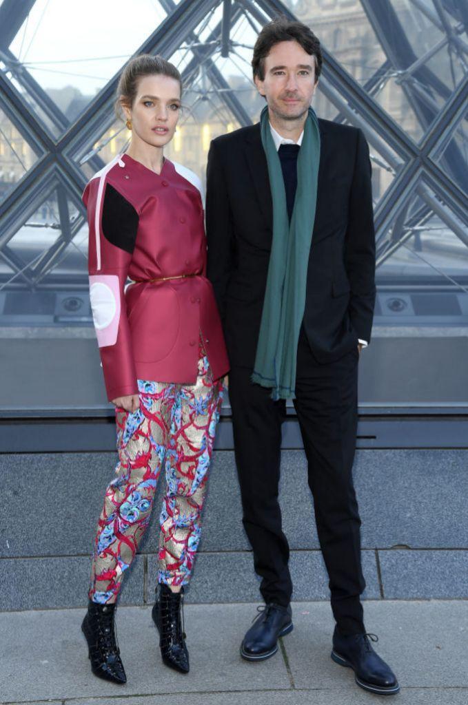 Natalia Vodianova y Antoine Arnault en el desfile de Louis Vuitton...