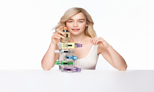 Emilia Clarke con la línea de productos Clinique iD