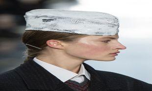 Detalle de los gorros que Galliano idea para Maison Martin Margiela