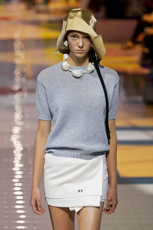 Miuccia Prada, fiel a sus jerséis de tricot de manga corta