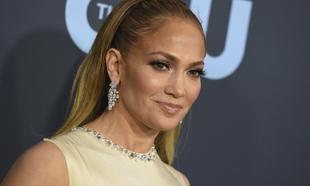 Jennifer Lopez en la alfombra roja de los Critic Choice Awards.