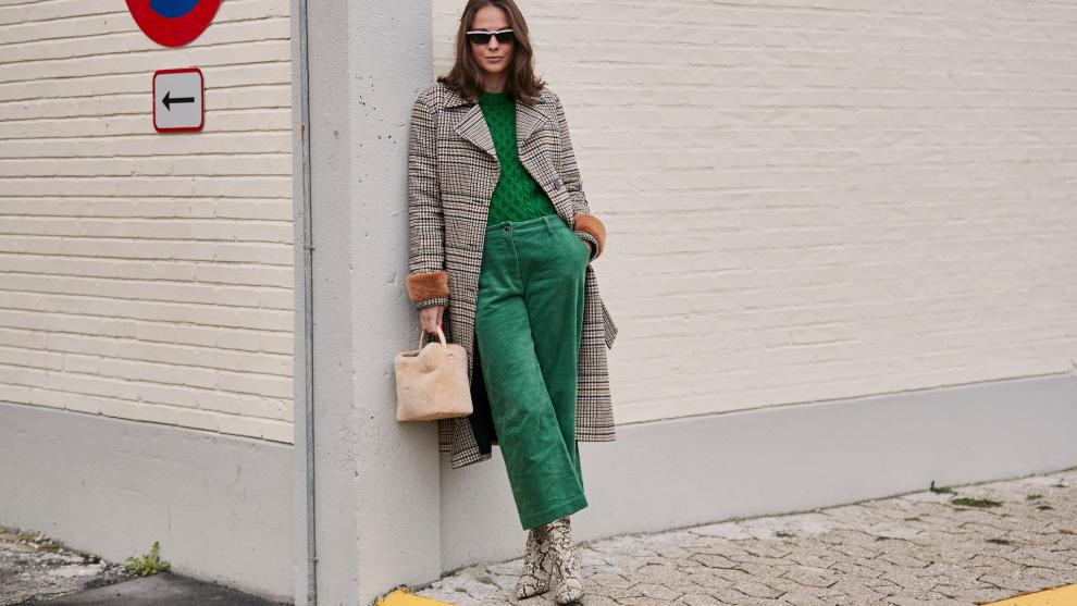 Un look con pantalón de pana visto en Copenhague.