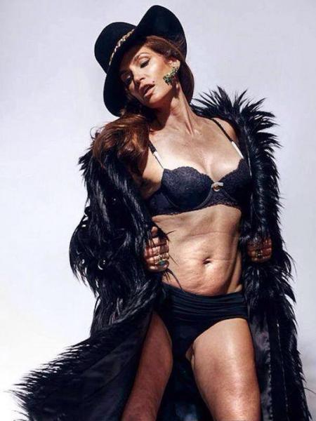 Esta imagen de Cindy Crawford corrió por la red demostrando que incluso la top no presume de una tripa plana y tersa.