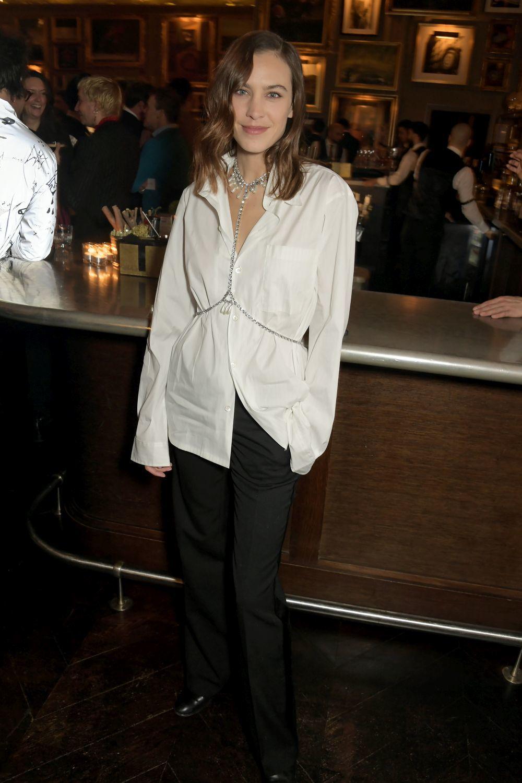 Alexa Chung con una camisa blanca