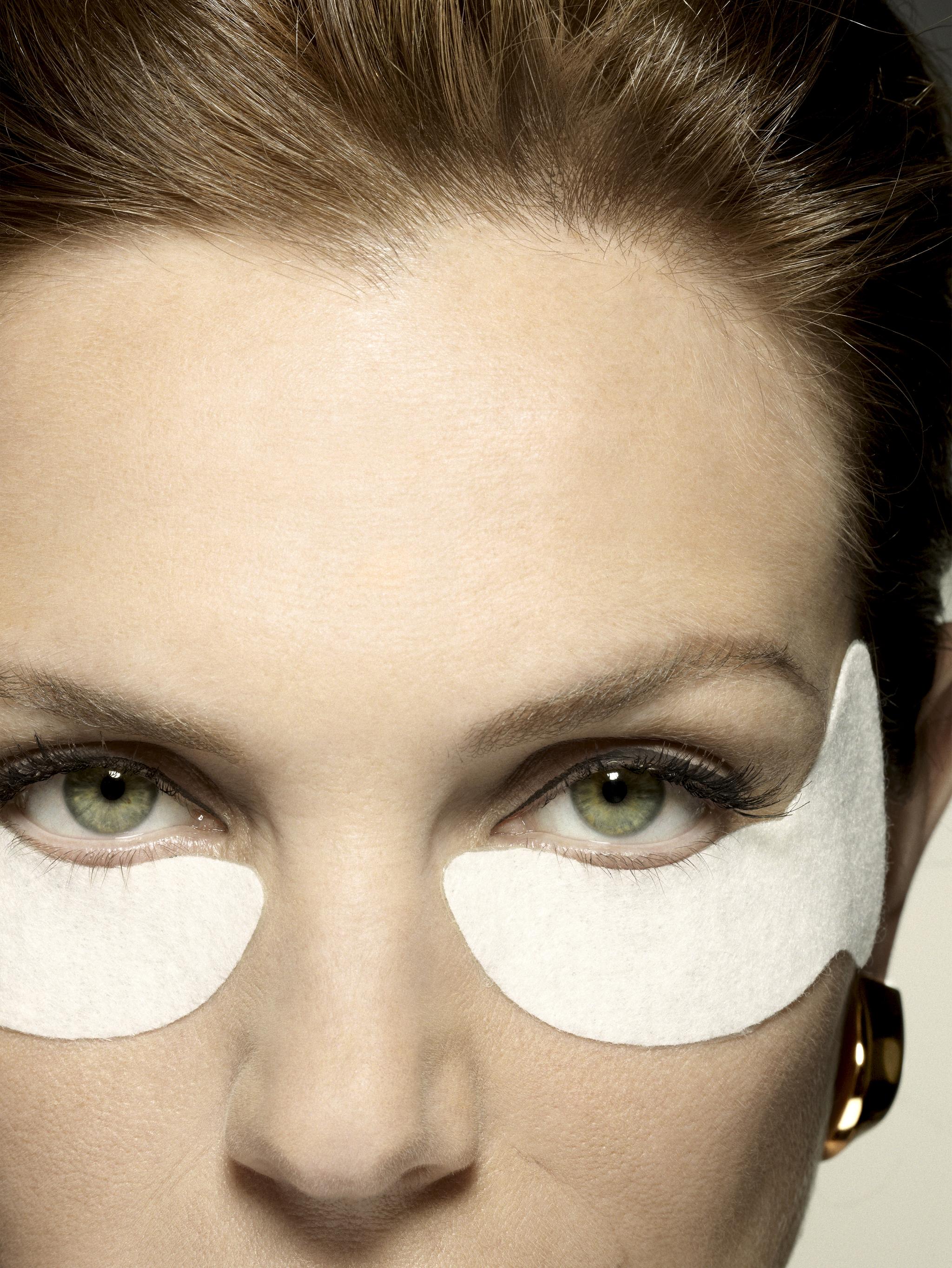 Las ojeras y las bolsas también son un síntoma de la piel estresada.