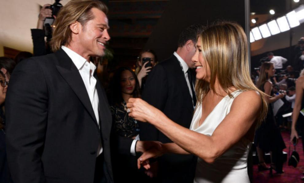Brad Pitt y Jennifer Aniston se saludan durante los SAG Awards.