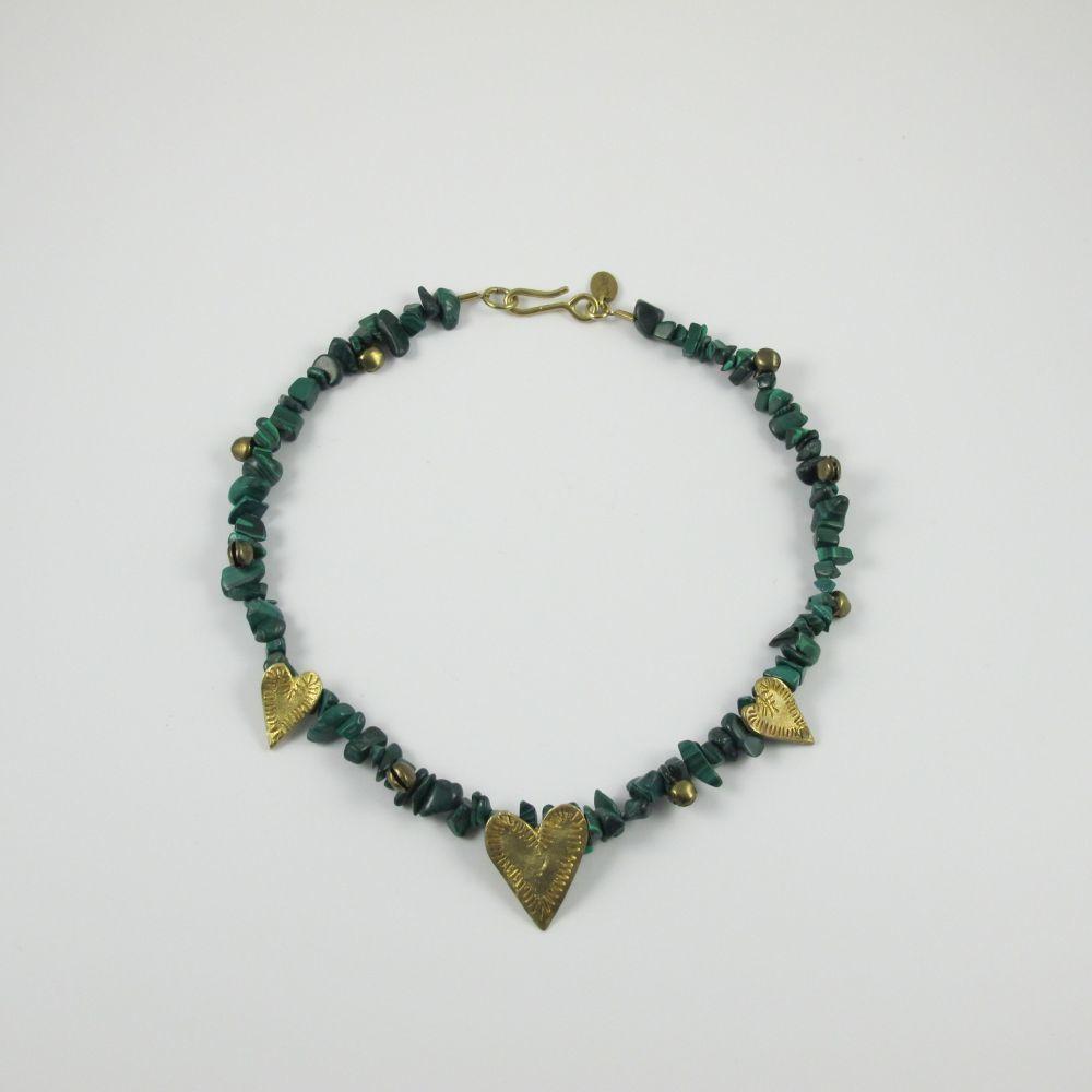 Collar de malaquita con corazones de latón (100 euros) de Circo
