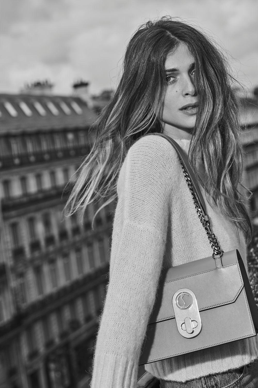 Elisa Sednaoui en París con el bolso Elisa de Christian Louboutain.