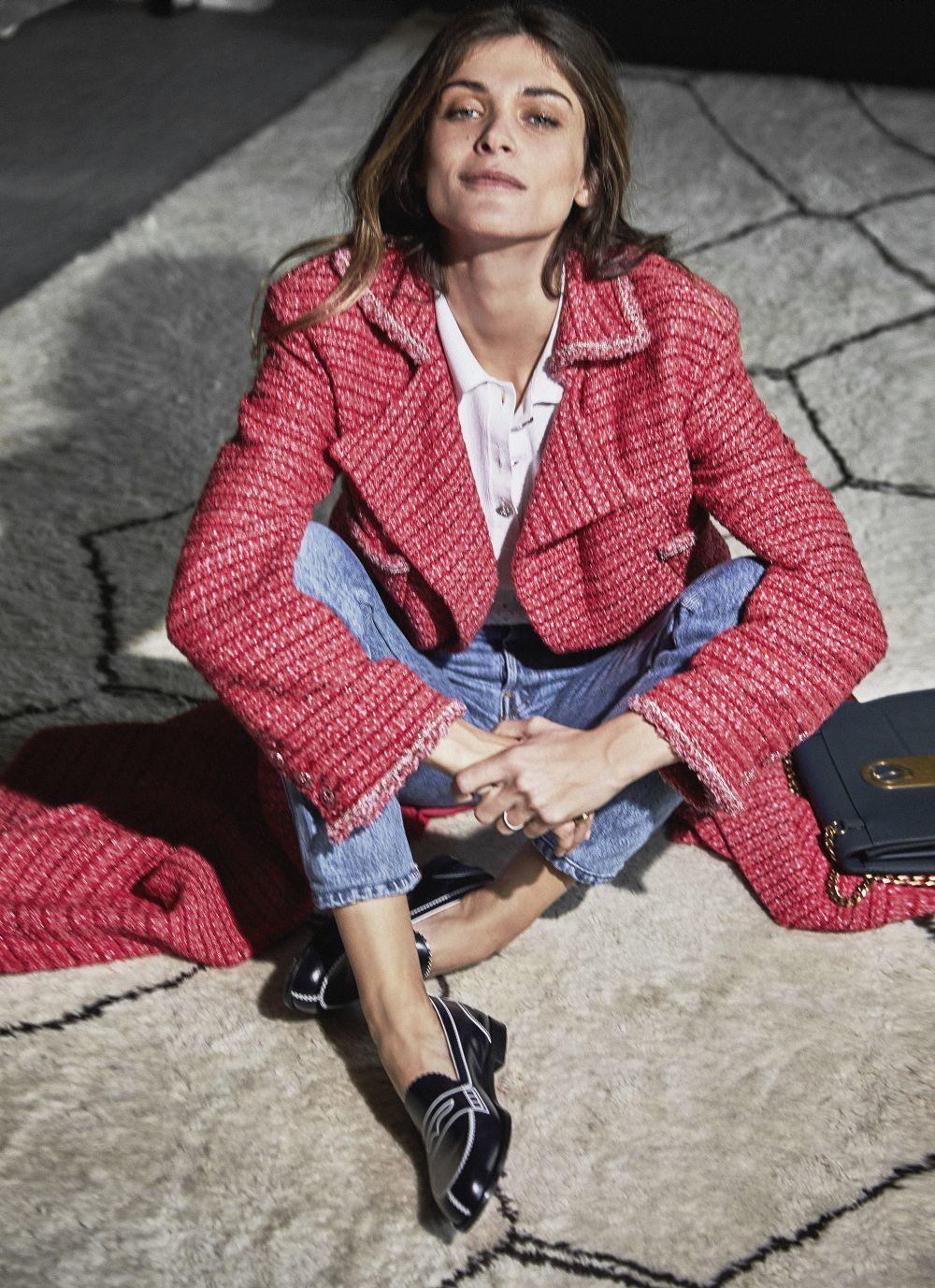 Abrigo de tweed rojo y polo blanco Chanel;  vaqueros Levi's, y...