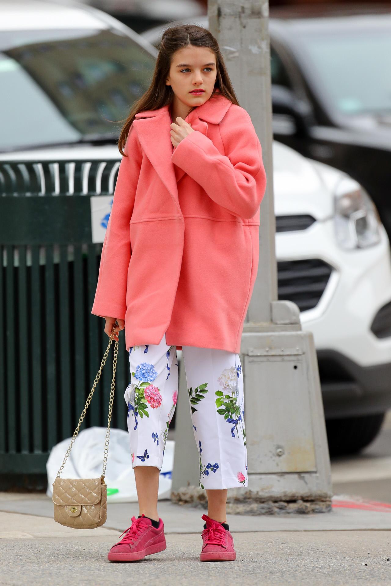 Suri Cruise en Nueva York con abrigo rosa y pantalones con estampado floral.