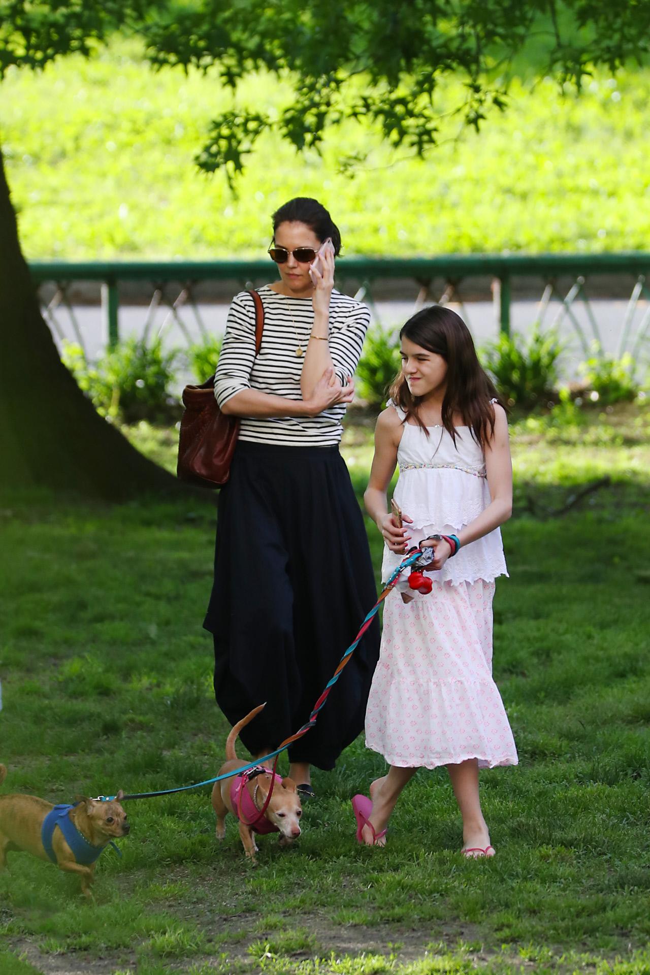 Katie Holmes y Suri Cruise con la misma fórmula de estilo: falda midi + top.