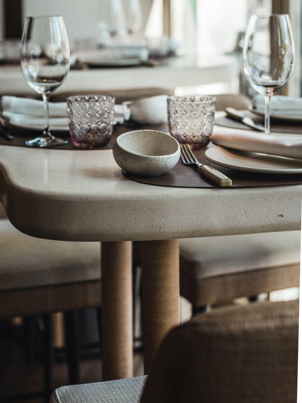 Detalle de una mesa con elementos naturales en el restaurante Aarde.