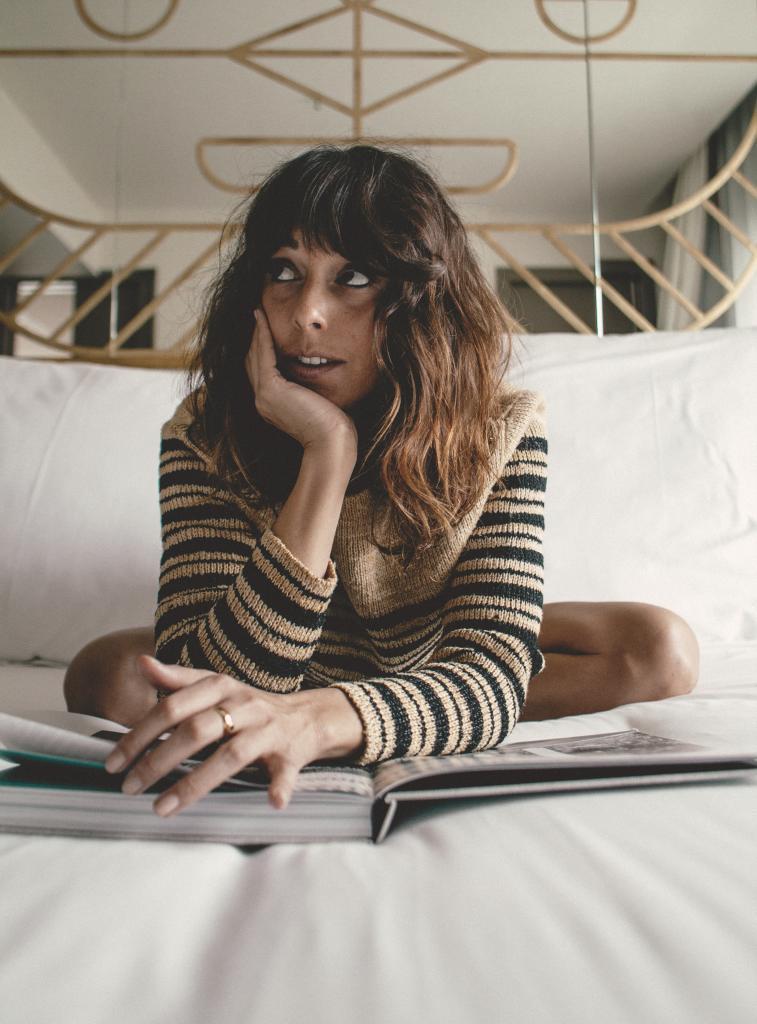 Belén Cuesta con jersey de rayas, de Dior.