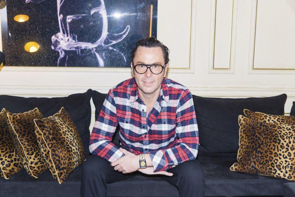 El colorista en su salón de París.