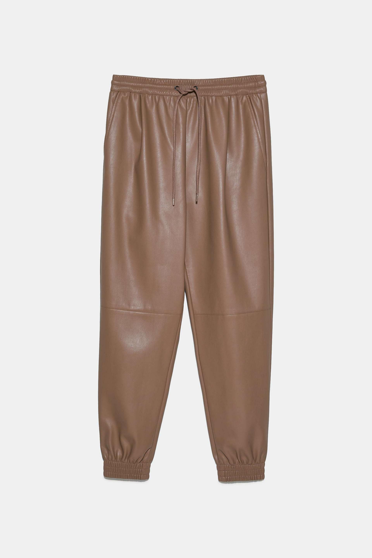 Pantalón tipo jogger de polipiel de Zara (25,95¤)