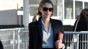 Kaia Gerber durante la Semana de la Moda de París con el libro de...
