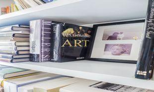 """En la biblioteca de su apartamento destaca """"La Historia del..."""