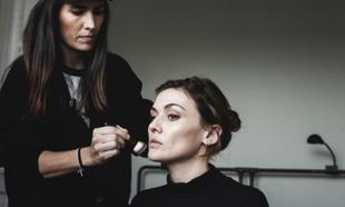 La maquilladora Natalia Belda construye, con productos de Armani...