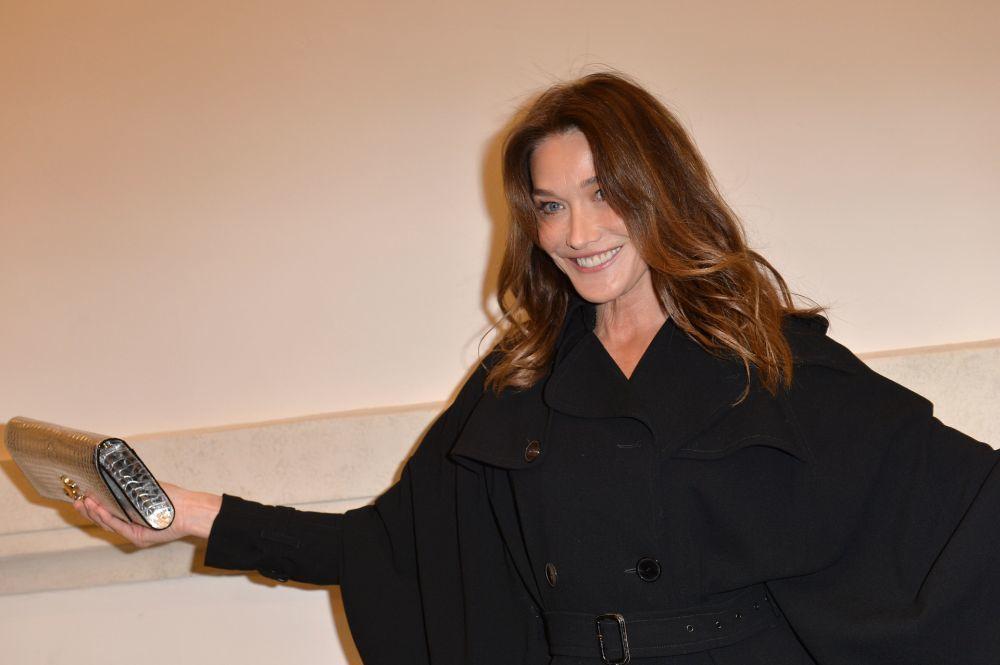 Carla Bruni lleva esta melena midi maxi con unas mechas caramelo que dulcifican su rostro.