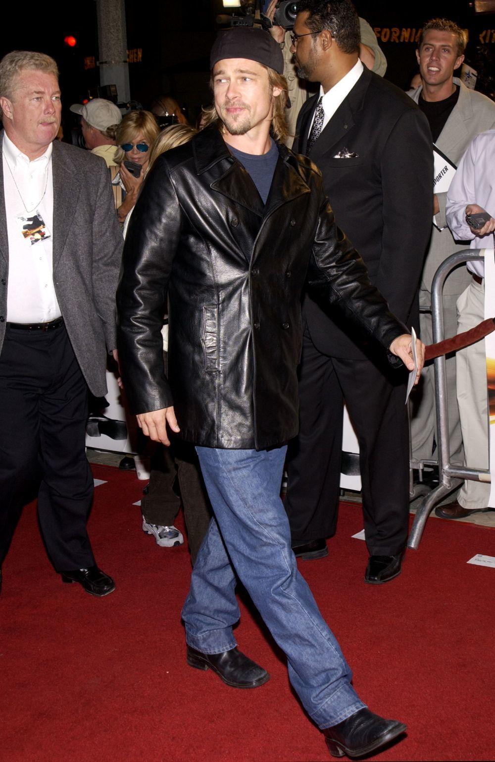 Brad Pitt con chaqueta de cuero en los años 90.